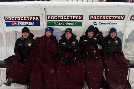 Jugadores del CSKA de Moscú se abrigan en un partido en campo del Kampar Perm (Fuente: pfc-cska.com)