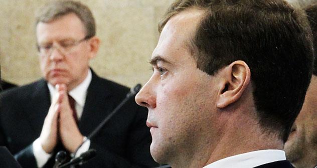 Aleksêi Kúdrin (à esq.) Dmítri Medvedev (à dir.) Foto: Reuters