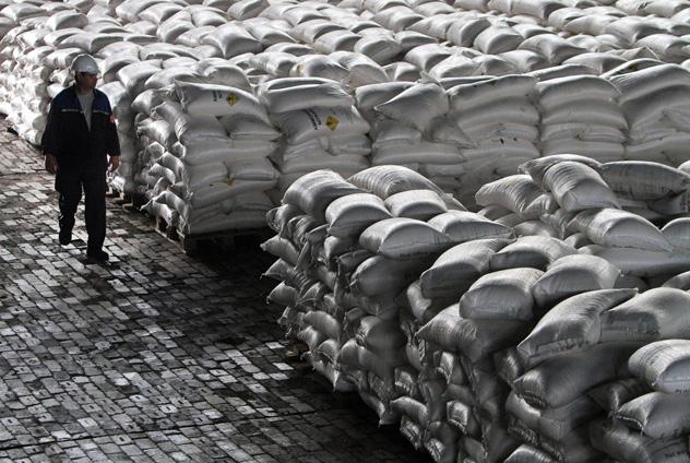 Funcionário inspeciona depósitos de nitrato de amônia da OAO EuroKhim, maior produtor russo de fertilizantes nítricos, em Novomoskovski, na região de Tula. Graças aos pedidos feitos por agricultores da China e do Brasil, a Rússia se transforma em um centro global de exportação do produto. Foto: Andrei Rudakiv/Bloomberg