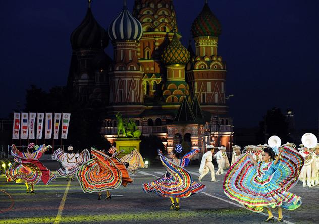 Moscou, 1 de setembro. Participantes da dança folclórica mexicana Tenochtitlan na abertura do Festival Internacional de Música Militar Spassky Tower, na Praça Vermelha. Foto ITAR-TASS / Artem Korotaev