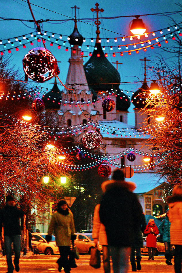 New Year's decorations near a church in one of Russia's most ancient cities of Yaroslavl. Source: ITAR-TASS