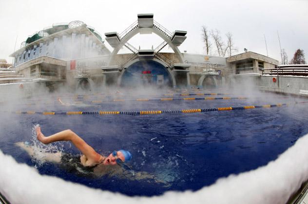Mulher nada em piscina aquecida ao ar livre em Moscou. Iliia Pitalev / RIA Nóvosti