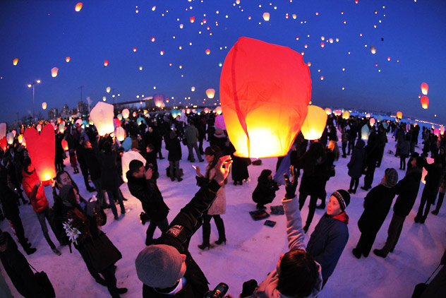 """Participants of the """"Nebo Zhelany"""" (""""Sky of desires"""") flashmob releasing the sky lanterns in St.Petersburg's leisure park. Source: PhotoXPress"""