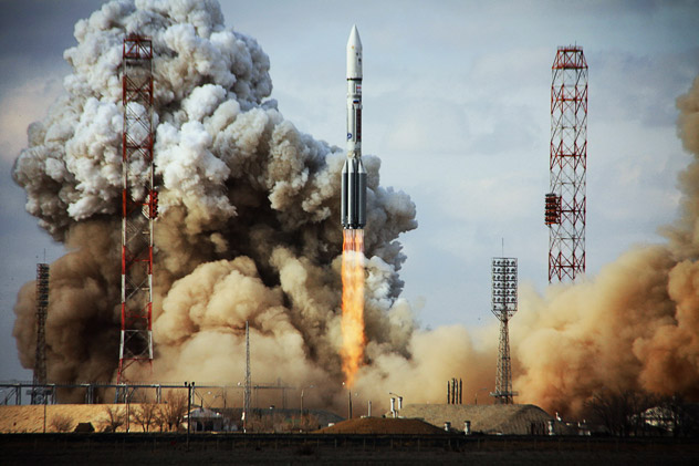 KAZAKHSTAN, BAIKONUR : A Russian Proton rocket carrying a US Intelsat-22 satellite blasts off from Kazakhstan's Russian-leased Baikonur cosmodrome on March 25, 2012. Intelsat 22 is a new satellite built by Boeing Space Systems for the Intelsat Corporation. Source: AFP/East News