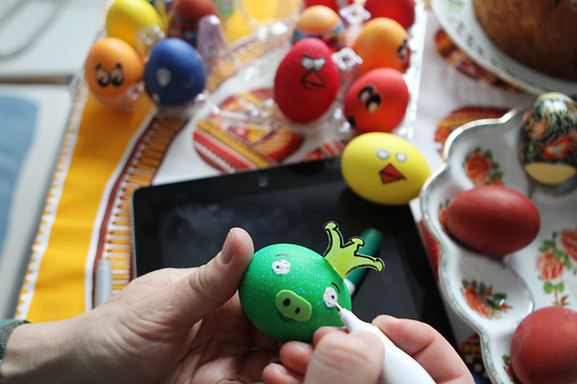 Decoration of Angry Birds-inspired Easter Eggs in Moscow. Source: RIA Novosti / Konstantin Rodikov