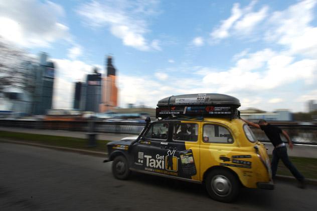 2012年4月24日、モスクワのタラス・シェフチェンコ通りを通過中の「世界一周タクシー」ラリーの参加者。同ラリーはロンドンから出発している。 タス通信撮影