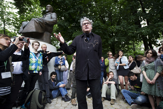 """Writer and New York University Professor Boris Groys gives the talk """"Modern Culture: From Contemplations to Actions"""" in front of the Abay Kunanbayev monument at Chistye Prudy. Source: RIA Novosti / Iliya Pitalev"""