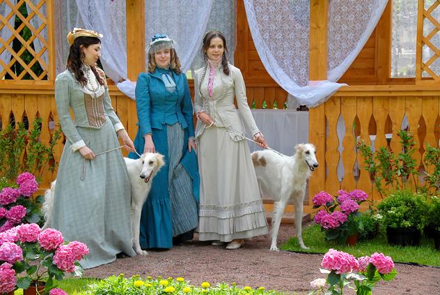 ロシア美術館のミハイロフスキー庭園で開かれている第5回国際フェスティバル「ロシア皇帝の庭園」。写真はクラシカルなドレスを着た女性と犬。 PhotoXPress撮影