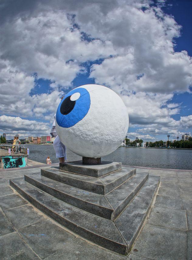 エカテリンブルグ市にあるスヴェルドロフスク州庁舎前のアートオブジェクト「ビッグアイ」  タス通信撮影