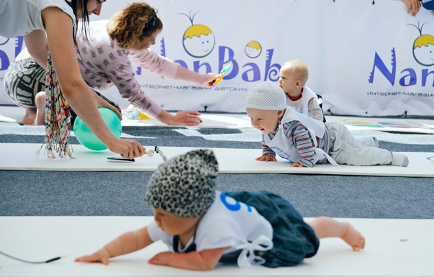 Ekaterinburg, June 16, 2012 - Babies hurry towards their waiting parents during a baby crawling race at the 3rd Yekaterinburg Crawling Babies' Championship at Istorichesky Park. Source: ITAR-TASS