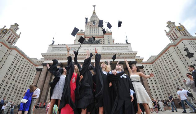 Estudiantes graduados en las puertas de la MGU. Fuente: Ramil Sitdikov / RIA Novosti.