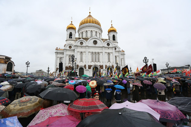 People pray near Moscow's Cathedral of Christ the Savior because of Russian Victory in War 1812. Source: PhotoXPress.