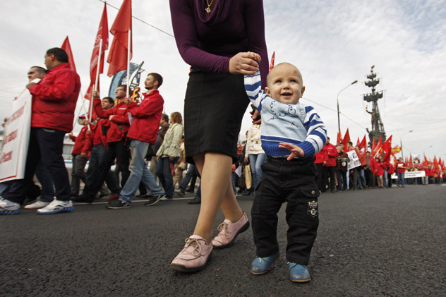"""Mother and child - take part in a march on Krimskaya Naberezhaya against the adoption of juvenile justice laws organized by the """"Time is of the Essence"""" movement and the Association of parents' councils and communities. Source: Alexsey Nichukchin/RIA Novosti."""