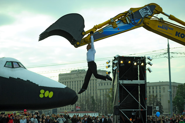 """French choreographer Dominique Boivin performs in """"Pas de deux with Excavator"""" play as part of the 7th International Festival of Contemporary Art """"Territory"""" in Moscow's Gorky Park. Source: ITAR-TASS / Sergei Karpov"""