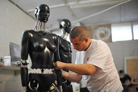 Mitarbeiter der Ankleidepuppefabrik bei der Arbeit. Die Herstellung der Ankleidepuppen in Russland erfolgt nur im Dorf Serebrjanye Prudy bei Moskau.