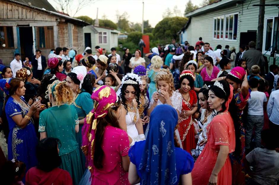Guests at a wedding held in a Romani camp in Chudovo town. Source: Konstantin Chalabov / RIA Novosti