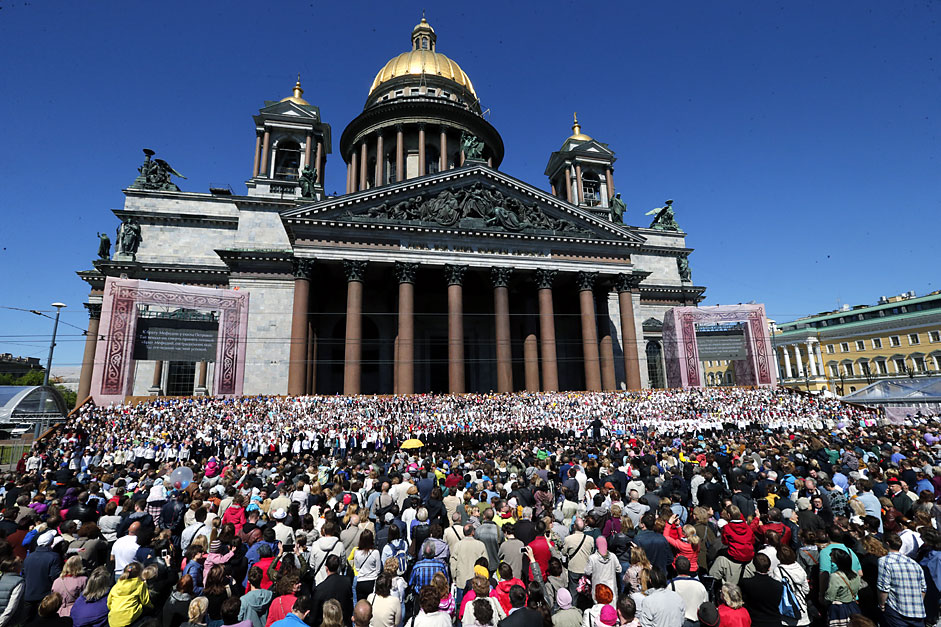 More than 3,000 choir singers perform their program in front of theSt. Isaac's Cathedral during the celebration the City Day in St.Petersburg, Russia, 24 May 2015.