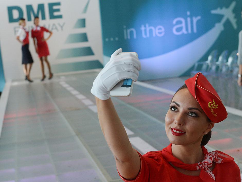 Une hôtesse de l'air de la compagnie aérienne Rusline lors d'un défilé d'uniformes DME.