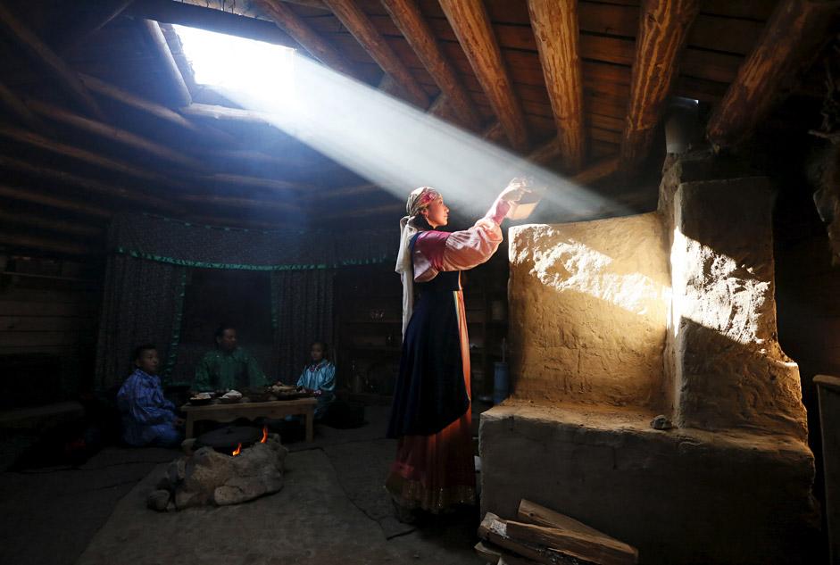 Alcuni membri di un gruppo nazionale etnografico e di folklore partecipano alla rievocazione della vita quotidiana della popolazione indigena della Repubblica della Khakassia, durante una dimostrazione per i visitatori organizzata nel villaggio di Kazanovka, non lontano dalla città di Abakan