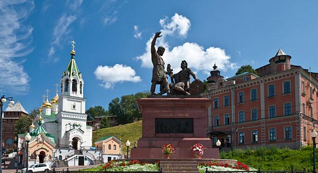 Споменик Кузми Мињину и Дмитрију Пожарском у Нижњем Новгороду\n