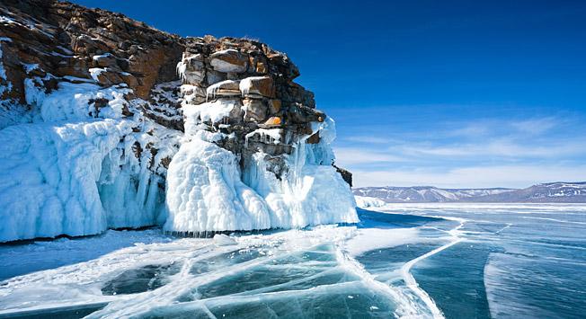 In den Wintermonaten lädt der See zu Wanderungen über das Eis ein.