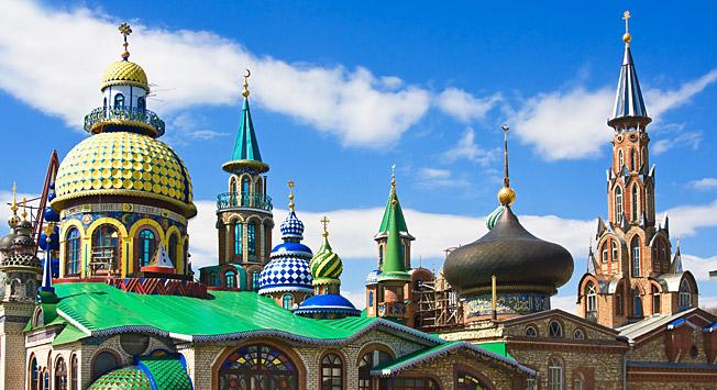 Der Tempel aller Religionen vereinigt christliche Kreuze, muslimische Halbmonde, Davidsterne und chinesische Kuppeln  in einem Gebäude.