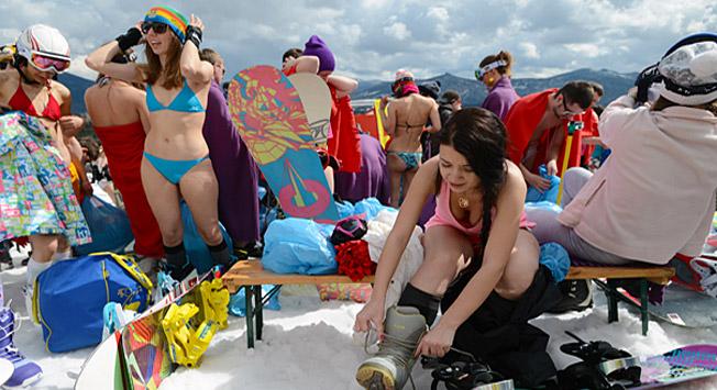 Snowboarding u bikiniju u alpskom planinskom rezortu Šeregeš/ RIA Novosti / Aleksandar Krjažev