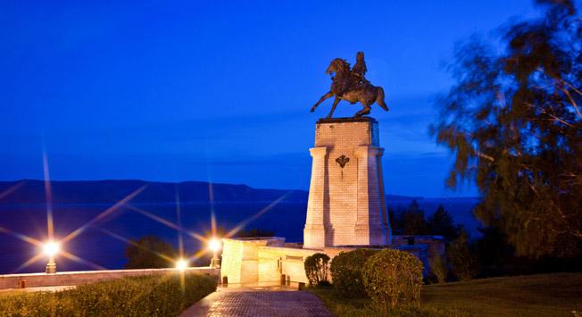 Spomenik Vasiliju Tatiševu, ustanovitelju mesta Togliatti (pred letom 1964 se je imenovalo Stavropol), ki je prvotno služilo kot utrdba pred nomadi in selitvami Kalmikov.