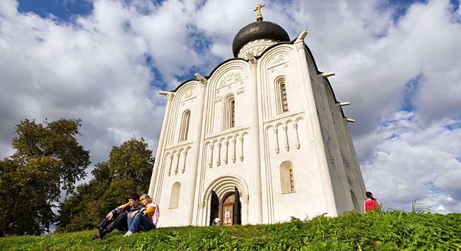 Turisti in lokalni prebivalci poleg Katedrale sv. Demetrija