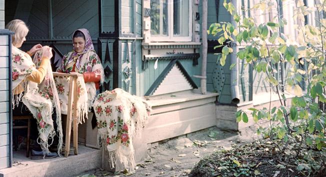 """Résultat de recherche d'images pour """"Shawl from Pavlovsky Posad city (Russia) and wooden house"""""""