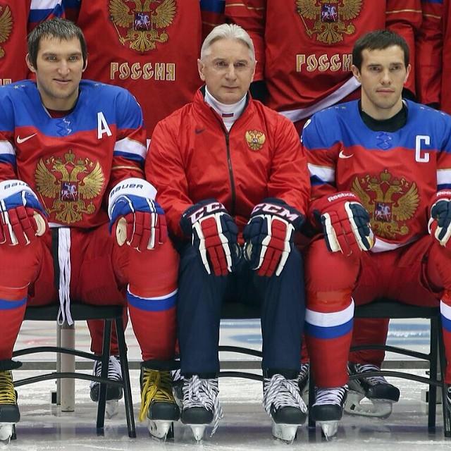 Le fragment de la photo de groupe de notre équipe de hockey: Aleksandr Ovetchkine, l'entraîneur Zinétoula Bilaletdinov et le capitaine de l'équipe Pavel Datsiouk.