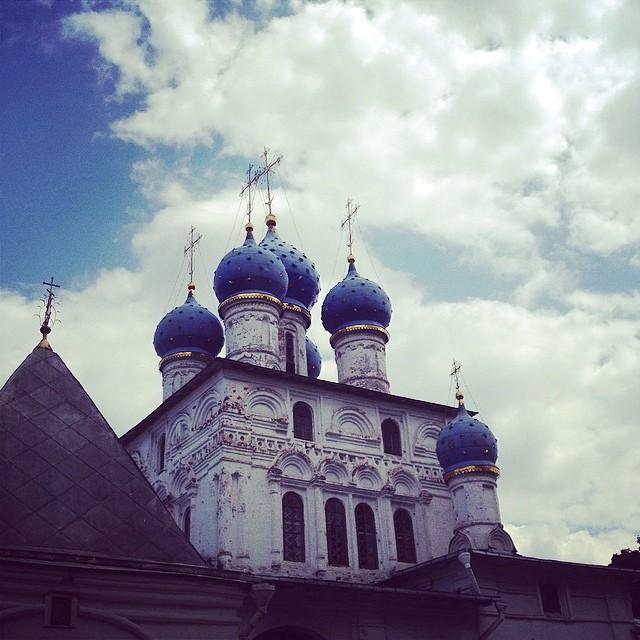 Dimanche.Les Moscovites aiment passer leurs week-ends au parc-musée Kolomenskoïe, au Nord de la ville. L'Eglise de l'icône de Notre-Dame de Kazan, encore ouverte au culte aujourd'hui, est une des perles de cet endroit.