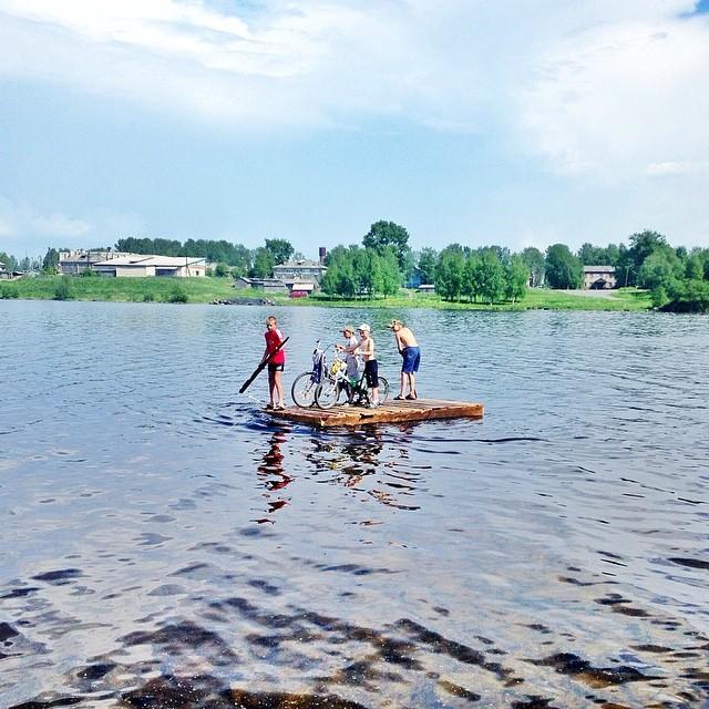Lundi. Les enfants d'un village embarqués sur un radeau sur un lac près du cercle polaire. L'été en Russie est le moment idéal pour partir en voyage aux quatre coins du pays sans se soucier du froid comme en hiver.
