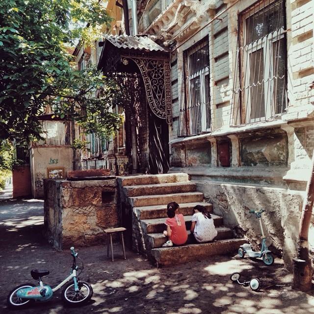 Jeudi. Deux jeunes filles font une pause après une longue balade en vélo dans la ville de Rostov-sur-le-Don. En été, la température peut y atteindre 45° Celsius.