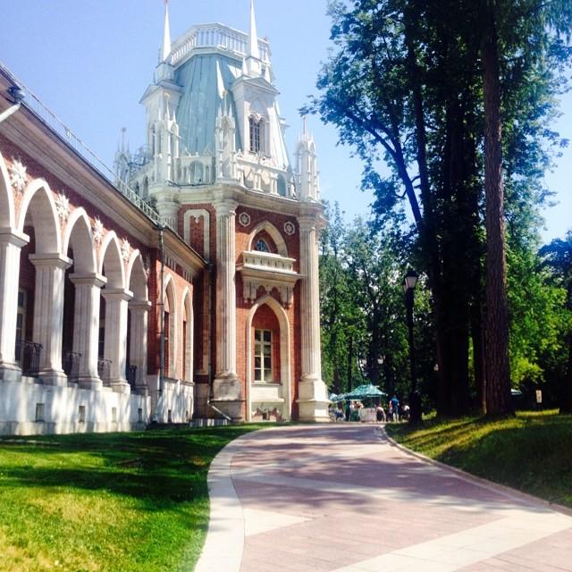 Samedi. Le parc du palais de Tsaritsyno, fondé à la fin du XVIe siècle, est maintenant un des lieux de vacance de prédilection, à seulement quelques stations de métro du centre de Moscou. Les gens peuvent y admirer le paysage du parc et la forêt qui le jouxte ainsi que les cascades des étangs ou visiter une galerie d'art.