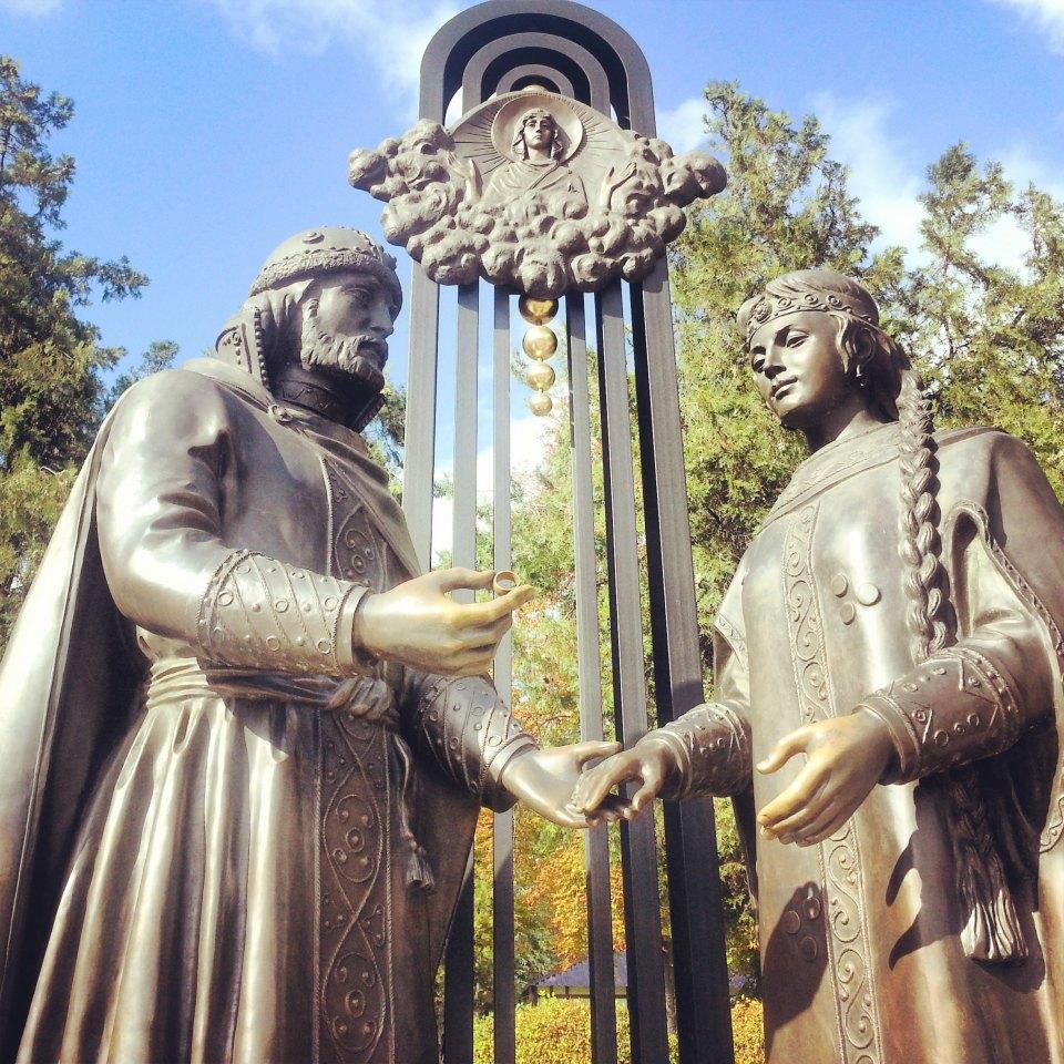 Dimanche. À l'ouest, Saint Valentin est devenu le saint patron des amoureux, mais en Russie, ce sont les époux Peter et Fevronia qui tiennent le premier rôle. D'après la légende, les protecteurs du mariage et de la famille ont vécu ensemble et sont décédés le même jour dans la ville de Mourom. Aujourd'hui, leurs reliques saintes reposent dans le Monastère de la Cathédrale de la Trinité.