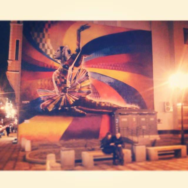 Dimanche. Un peu plus de soleil s'est enfin levé au-dessus des bâtiments gris du centre de Moscou. Le graffiti coloré de la danseuse de ballet Maïa Plissetskaïa rappelle aux passants la belle époque des Ballets Russes de Serge Diaghilev.