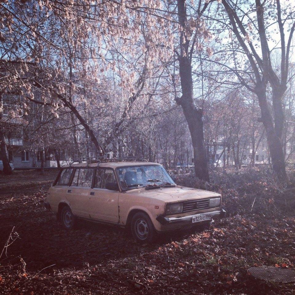 Une douce nostalgie luit dans les yeux des passants qui regardent une vieille automobile soviétique s'éclipser dans l'une des cours de Koubinka. Lisez aussi :Voitures rétro à Moscou : de vraies machines à explorer le temps