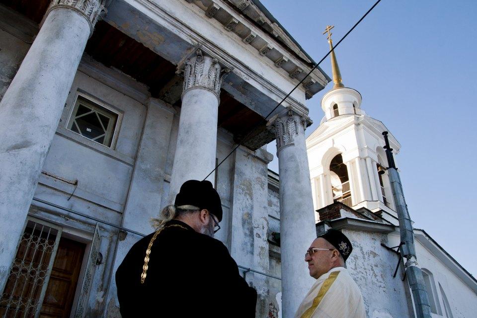 Alcuni musulmani hanno contribuito a ricostruire i luoghi di culto. Nella foto, un prete ortodosso con l'imam della moschea locale