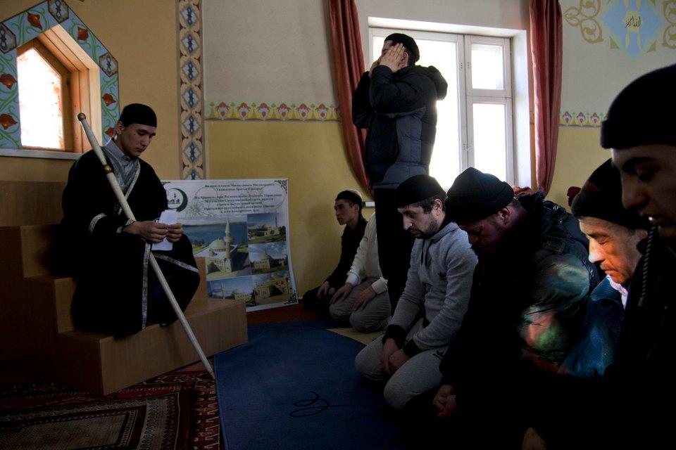 Alcuni fedeli riuniti nella moschea di Aramil