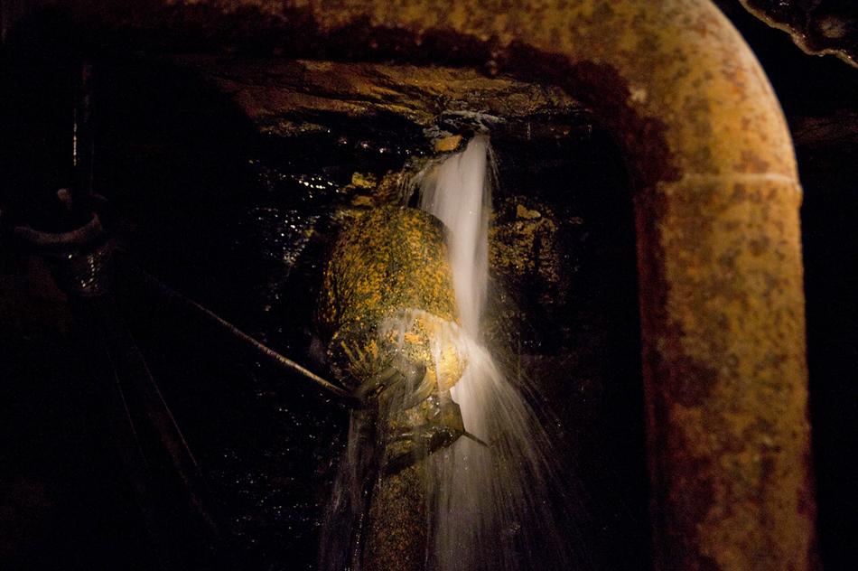 La quantità larga delle acque sottoterranee passa via un sistema speciale