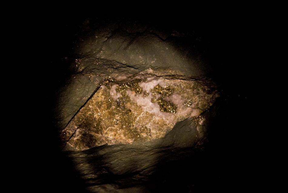 Inoltre l'oro proprio, le miniere d'oro includono anche la pirite, un minirale con lustro metallico. Le persone non qualificate lo potessero confondere con l'oro