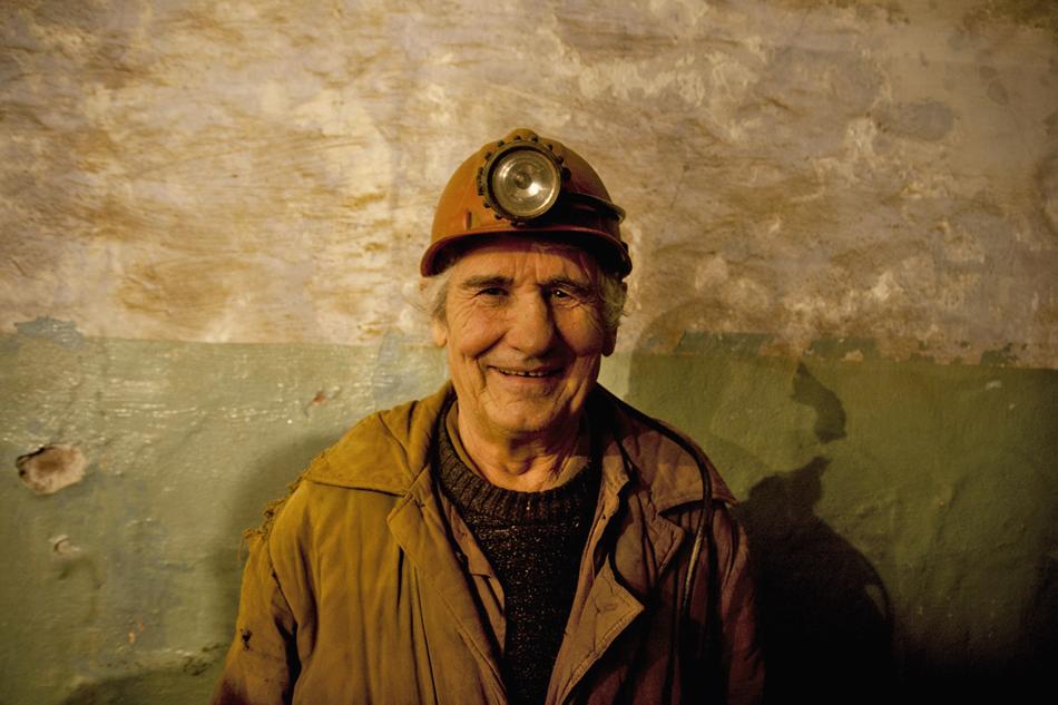 Uno tra i più vecchi lavoratori della miniera. Non lontano da lui, fuori la foto, c'è il suo figlio. Le dinastie nell'estrazione d'oro non sono rare