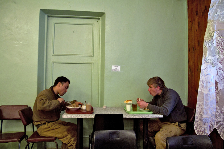 La mensa presso la cava di Berezovsky. Il pranzo da tre piatti potrebbe costare 100-150 rubli  ($2.5-4)