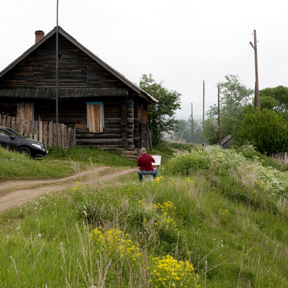 """Aleksandr Alekseev-Svinkin, 60 anni, è un artista. Vive qui dal 1987, e nel 2007 si costruì una casa: """"Ogni cosa di questo luogo è fonte di ispirazione. Anche un semplice cespuglio. In un primo momento ero titubante se trasferirmi o meno. Ma poi decisi di venire e di restare, così questo luogo potrà andare in eredità per i miei figli e la mia famiglia"""""""