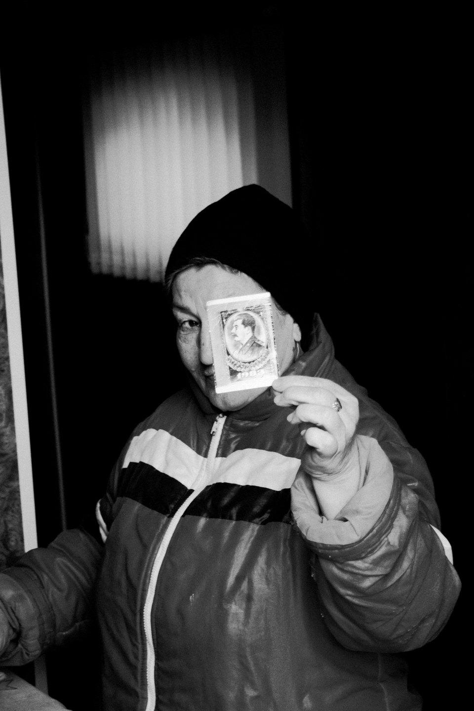 Nella foto, un abitante del luogo mostra un mini ritratto di Stalin