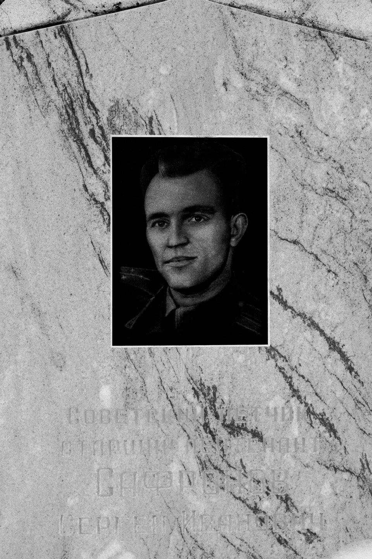 Il monumento al pilota sovietico Sergei Safronov, accidentalmente abbattuto durante l'operazione contro l'aereo spia