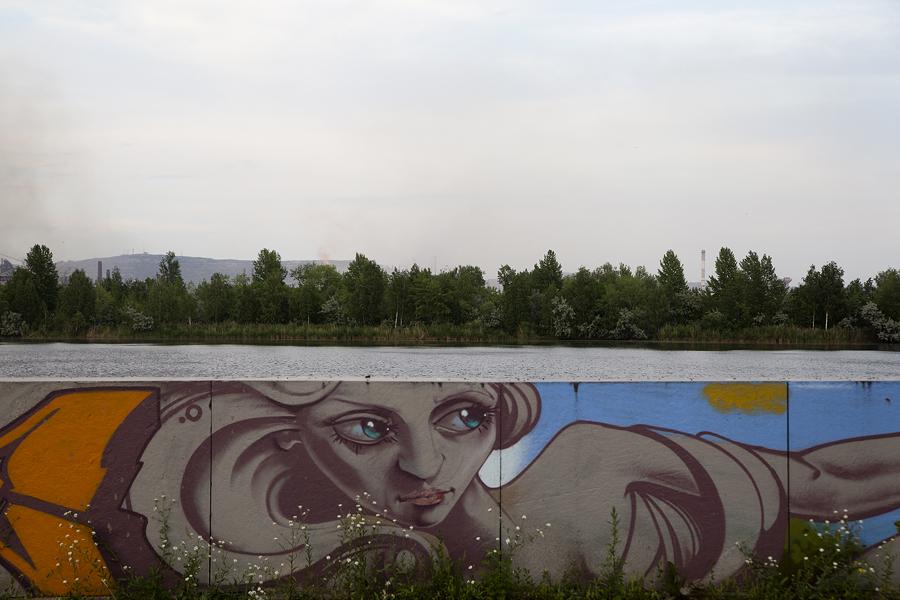 La città è situata nella sezione meridionale dei monti Urali sul fiume Ural. Dalla cima dei monti si può ammirare un'autentica vista industriale