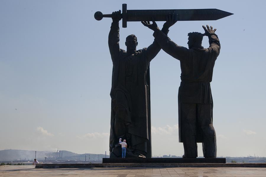 Realizzato in bronzo e granito, il monumento è stato costruito nella fabbrica di Leningrado per le sculture monumentali