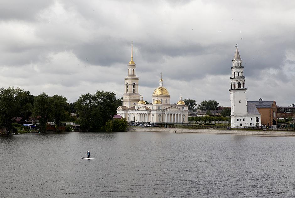 Nevyansk è una città nella regione di Sverdlovsk, sulle rive del fiume Neyva, a 100 chilometri da Ekaterinburg. Fondata nel 1701 con un decreto di Pietro il Grande, è divenuta negli anni un centro per la lavorazione del ferro e della ghisa